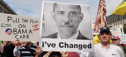 A sign at a Tea Party rally likens President Barack Obama to Adolph Hitler, 09/14/09. (photo: EPA)