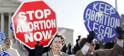 Abortion protesters on both sides of the issue in front of the Supreme Court. (photo: Getty Images)