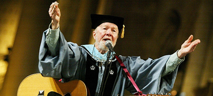 Pete Seeger at the Columbia University commencement for Teachers College on May 20th, 2003 at St. John's the Divine church in New York. (photo: Chris Hondros/Getty Images)