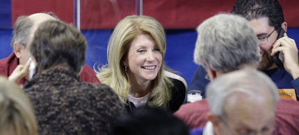 Wendy Davis visits with volunteers staffing a call center at her campaign headquarters in Fort Worth, Texas. (photo: LM Otero/AP)