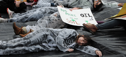 Students die-in at the White House protesting the Keystone XL pipeline. (photo: Kristina Banks)
