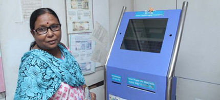 Manju Mitra uses the ICLIK machine to file a police complaint in New Delhi. (photo: Amrit Dhillon/The Star)
