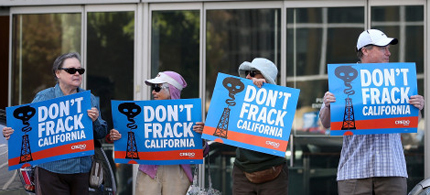 Protestors stage a demonstration against fracking in California outside of the Hiram W. Johnson State Office Building in San Francisco, California. (photo: Justin Sullivan/Getty Images)