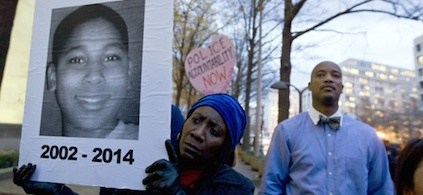 Tomiko Shine holds up a picture of Tamir Rice. (photo: Jose Luis Magana/AP)