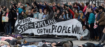 Hundreds risk arrest at the White House protesting the Keystone XL pipeline. (photo: Al-Jazeera America)
