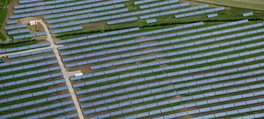 Solar farm in Milton Keynes, Buckinghamshire, UK. (photo: Alamy)