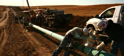 Workers installing an oil pipeline. (photo: Matthew Staver/Bloomberg)