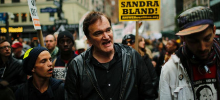 US film director Quentin Tarantino (center) walks in a march against police brutality on October 24, 2015 - part of an outspoken campaign that has earned him the ire of police unions. (photo: Eduardo Munoz Alvarez/AFP)