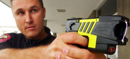 Police officer demonstrates use of Taser. (photo: Getty Images)