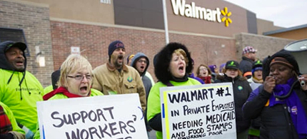 Workers demonstrate outside a Walmart store on Black Friday. (photo: John Gress/Reuters)