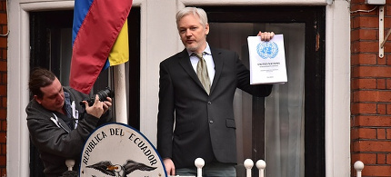 Julian Assange speaking from the balcony of the Ecuadorian embassy in London. (photo: Dominic Lipinski/PA)
