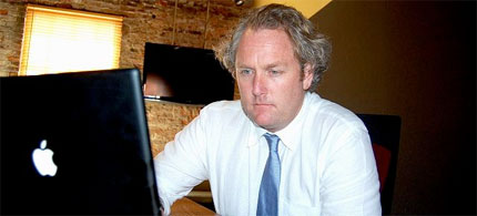 Andrew Breitbart at the computer, 04/08/10. (photo: Public Domain)