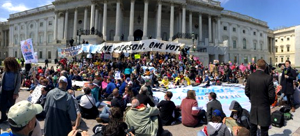 Over 400 activists were arrested outside the US Capitol. (photo: Paulina Leonovich/Twitter)