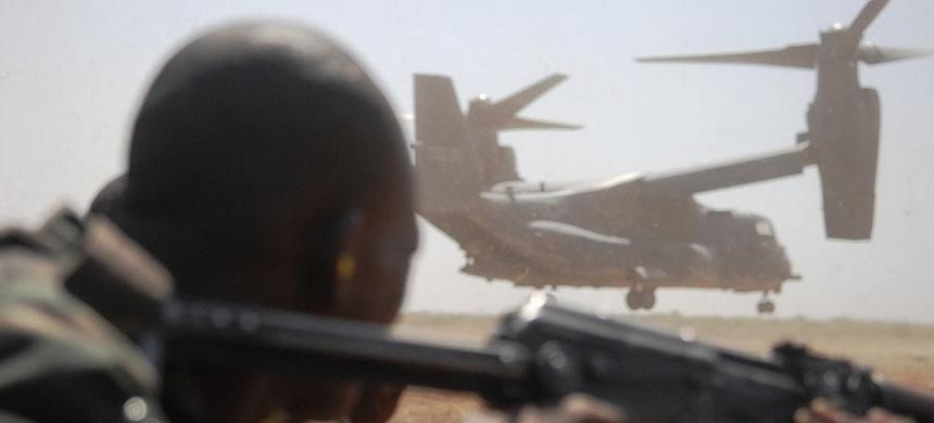 An AFRICOM soldier with US V-22 Osprey in background. (photo: AFRICOM)