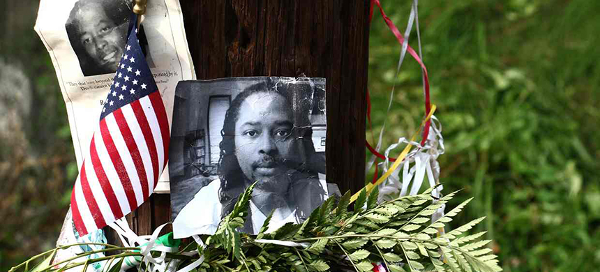 A memorial for Samuel DuBose in Cincinnati, Ohio. (photo: Tom Uhlman/AP)