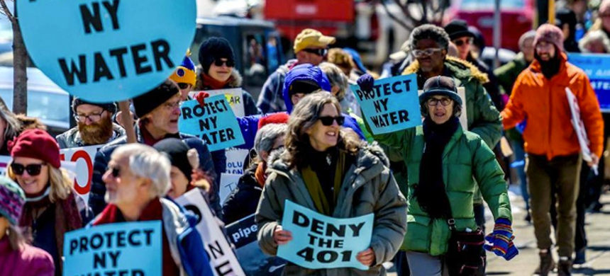 More than 400 people came to Albany, New York, on April 5, 2016, to urge the Cuomo administration to reject shale gas projects in New York state. (photo: Erik McGregor)