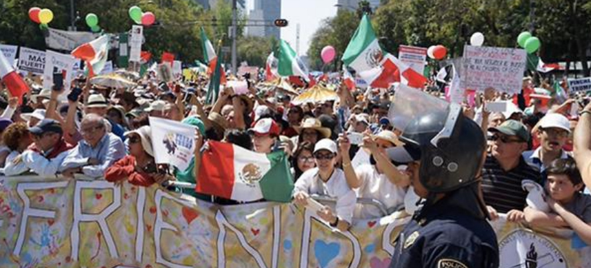 Demonstrators march along Paseo de la Reforma in Mexico City protesting the immigration and trade policies of President Trump, February 12, 2017. (photo: Liliana Nieto del Rio/LA Times)