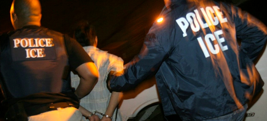 U.S. Immigration and Customs Enforcement agents making an arrest. (photo: Soluciones Magazine)