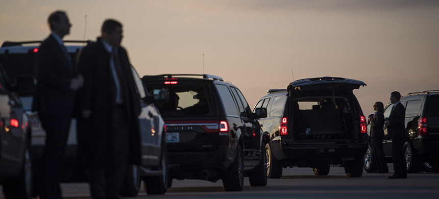 Secret Service members wait with a motorcade before President-elect Donald Trump disembarks his plane in Hebron, Ky., on Dec. 1, 2016. (photo: Jabin Botsford/WP)
