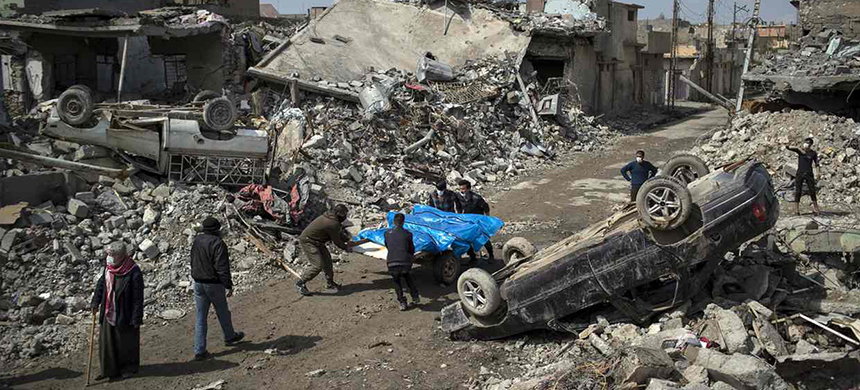 Residents of Mosul Jadida retrieve bodies from the rubble following the coalition airstrikes. (photo: Felipe Dana/AP)