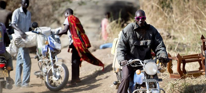 Thousands of South Sudanese flee to Uganda every day. Many of them use this informal bush crossing, escaping the SPLA patrols on the South Sudanese side. (photo: Yilmaz Polat/Al Jazeera)