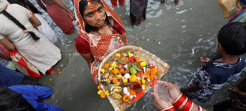 A ceremony in the Ganges River. (photo: Reuters)
