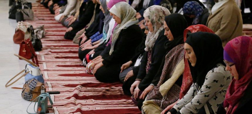 Muslim women praying. (photo: Sue Ogrocki/AP)