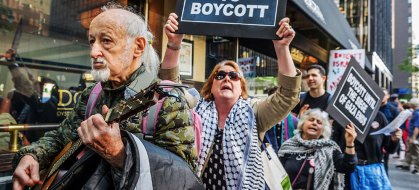 Protesters march in support of the boycott of Israel for its illegal occupation of Palestine. (photo: Erik McGregor/Getty)