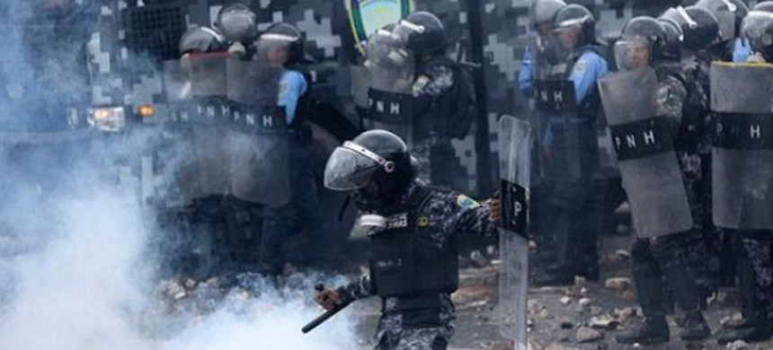 Riot police throw tear gas at protesting students in Honduras, July 25, 2107. (photo: EFE)