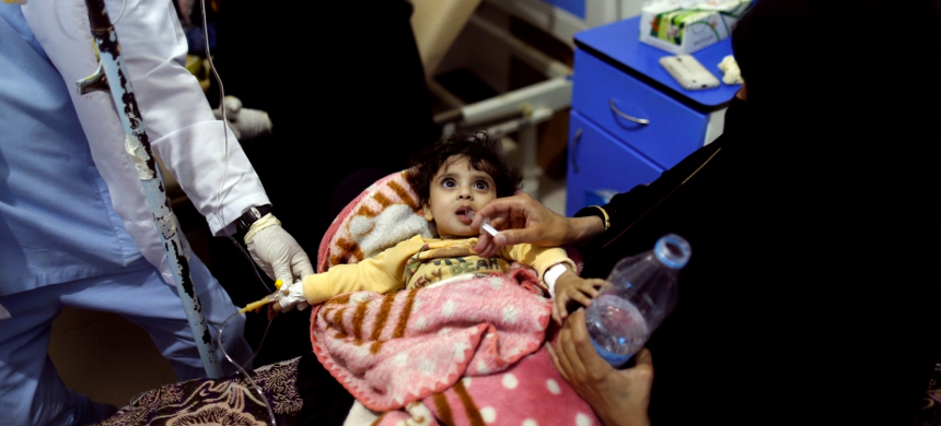 Woman gives her daughter rehydration fluid at a cholera treatment center in Sanaa. (photo: Khaled Abdullah/Reuters)