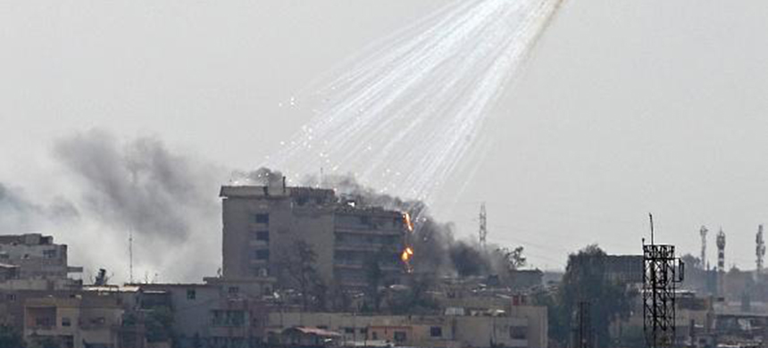 Smoking and burning white phosphorus streaks to the ground in west Mosul on June 2, 2017. (photo: Getty Images)