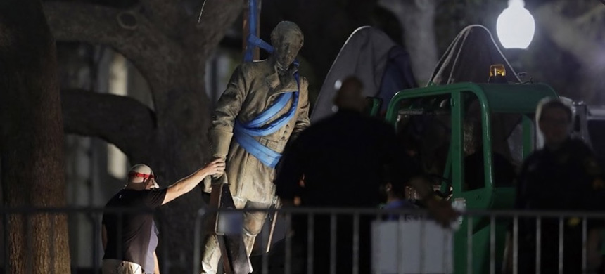 A statue of Confederate Gen. Robert E. Lee is removed early Monday morning from the University of Texas at Austin campus. (photo: Eric Gay/AP)