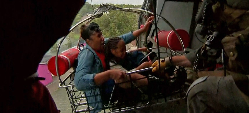 U.S. Navy conducts a helicopter rescue. (photo: CNN)