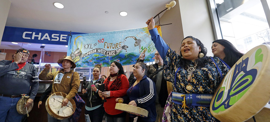 An indigenous rally at a Chase Bank. (photo: Elaine Thompson/AP)
