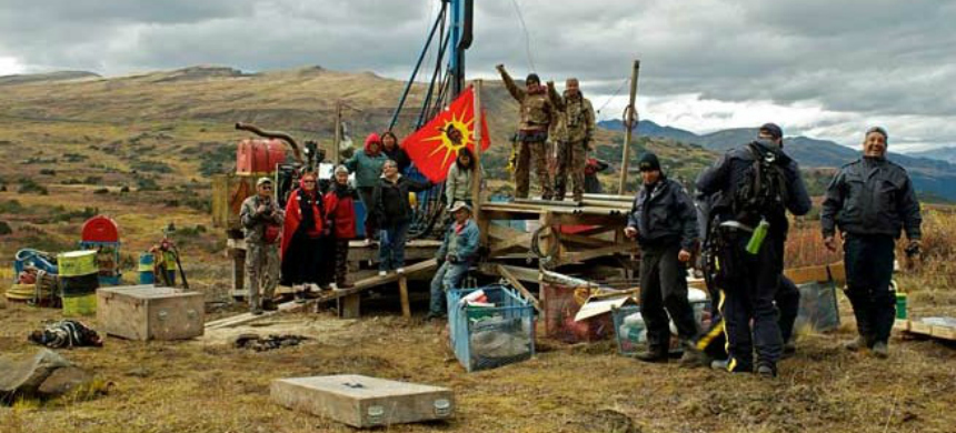Indigenous activists occupy a drill site. (photo: Tamo Campos)
