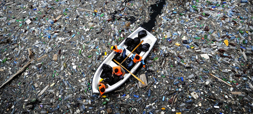 Single-use plastic containers are 'the biggest source of trash' found near waterways and beaches. (photo: Dimitar Dilkoff/Getty Images)