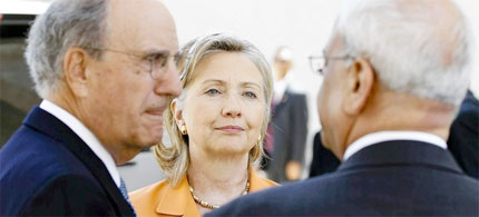 Secretary of State Hillary Rodham Clinton speaks with US special envoy George Mitchell, left, and chief Palestinian negotiator Saeb Erakat in the West Bank town of Ramallah, 09/20/10. (photo: Alex Brandon/AFP/Getty Images)