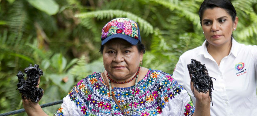 Guatemalan indigenous rights activist and Nobel Peace Prize winner Rigoberta Menchu, who visited the oil well, located in Ecuador's Amazon region Lago Agrio, shows her hands covered with oil at the Aguarico 4 oil well in Shushufindi, June 3, 2015. (photo: Reuters)