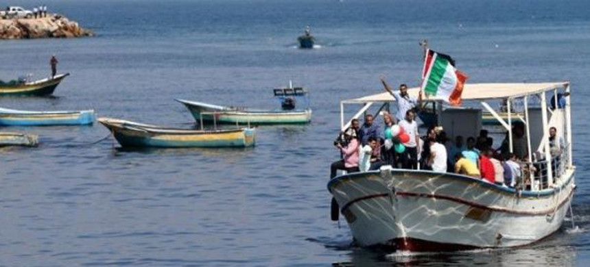 Palestinians ride a boat as they take part in a rally to show solidarity with Gaza-bound flotilla, October 5, 2016. (photo: Reuters)