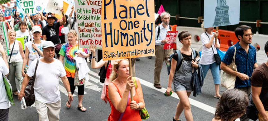 Several thousand people took part in a climate march in New York City on Thursday. Ten activists were arrested after blocking the street in front of Andrew Cuomo's Manhattan office. (photo: Michael Brochstein/SOPA Images/REX/Shutterstock)