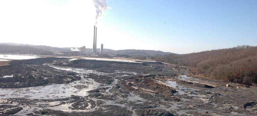 Coal ash from a 40-acre pond flows into the Emory River after a retention wall collapsed December 22, 2008, at the Kingston Fossil Plant. (photo: The Knoxville News Sentinel)