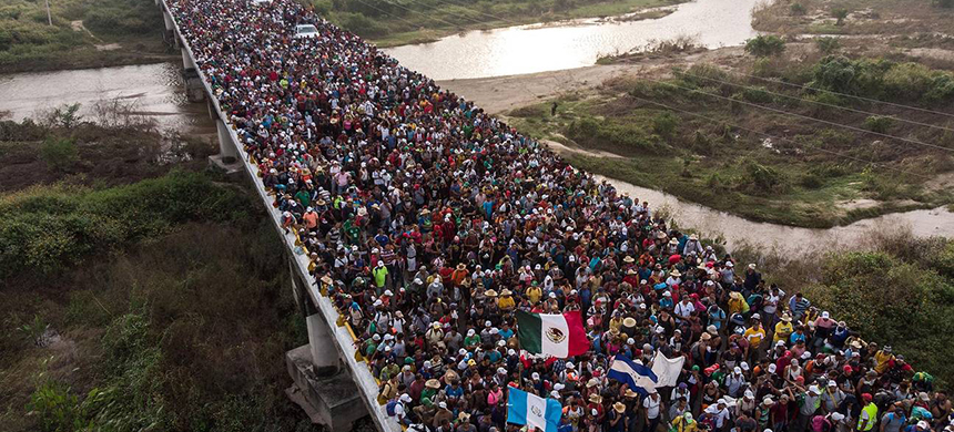 The caravan heads towards the US as they leave Arriaga in southern Mexico. (photo: AFP/Getty Images)