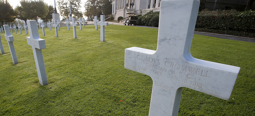 The graves of U.S. nurses near Paris. (photo: Michel Euler/AP)