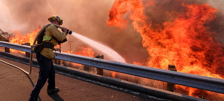 Simi Valley fire. (photo: Xinhua/Zhao Hanrong/Getty Images)