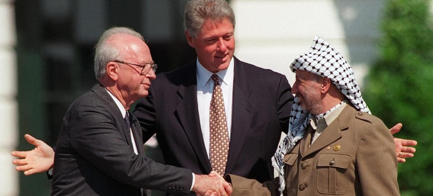 Assassinated Israeli ex-prime minister Yitzhak Rabin, left, and the late Yasser Arafat, with former president Bill Clinton during the 1993 Oslo peace accords in Washington, D.C. (photo: Ron Edmonds/AP)