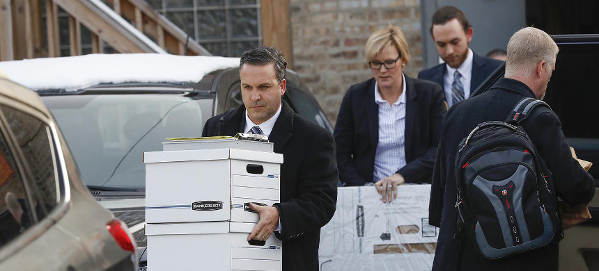 Investigators carry boxes away from Ald. Ed. Burke's 14th Ward office on the city's Southwest Side on Thursday, November 29, 2018. (photo: Jose M. Osorio/Chicago Tribune)