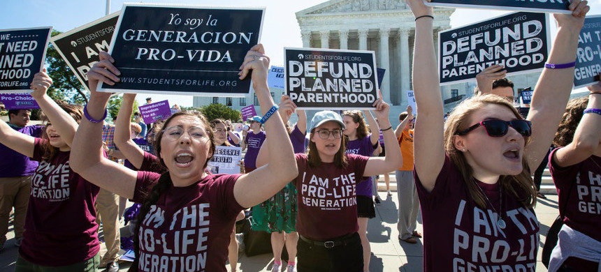 Anti-abortion (in front) and abortion-rights (in back) advocates demonstrating in front of the Supreme Court in June. (photo: J. Scott Applewhite/AP)