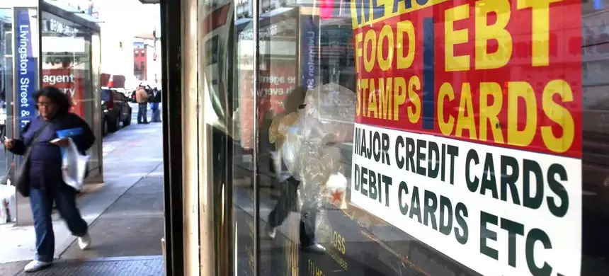 A sign in a New York market window advertises that it accepts food stamps. (photo: Spencer Platt/Getty Images)