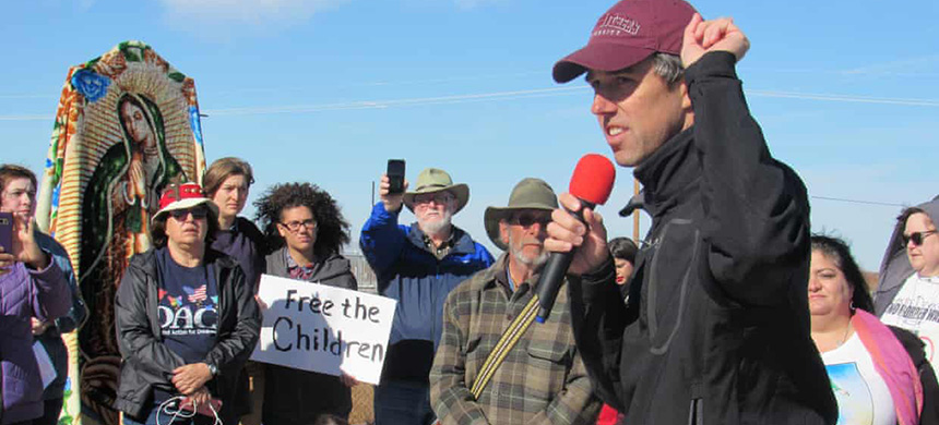 Beto O'Rourke addresses activists at Tornillo. (photo: Edwin Delgado/Guardian UK)