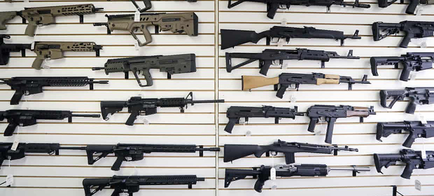 Washington state has banned people under 21 from buying semi-automatic assault rifles. (photo: Elaine Thompson/AP)